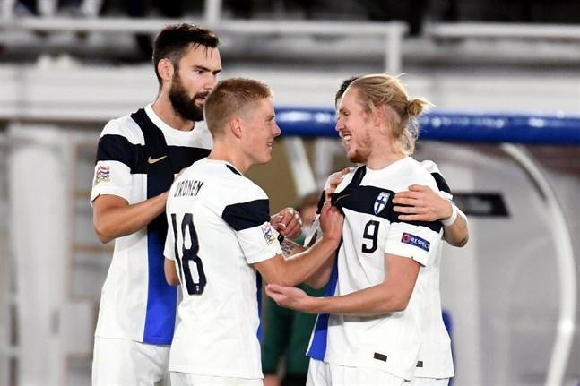 Fredrik Jensen nätade direkt efter att han blivit inbytt. Tim Sparv och Jere Uronen är framme och gratulerar.