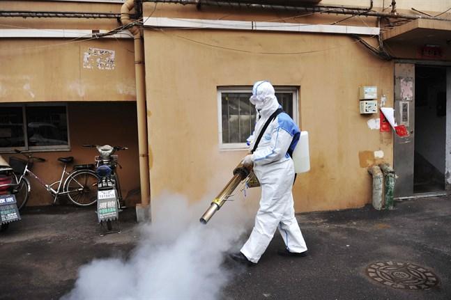 En gata i Qingdao rengörs med desinfektionsmedel tidigare i år.