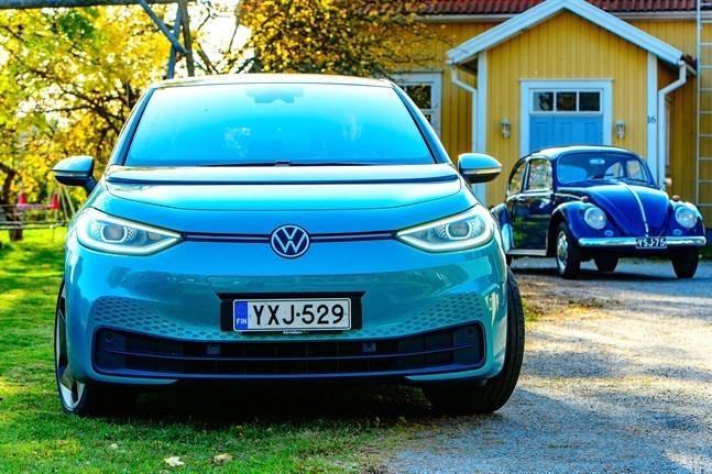 Volkswagen ID3 är märkets första bil som byggts från början för eldrift. Här poserar den tillsammans med en betydligt äldre släkting, en VW Bubbla från 1967.