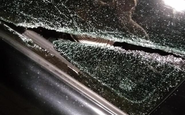 Slaget med järnröret orsakade ett hål i bilfönstret längre bak på bilen.