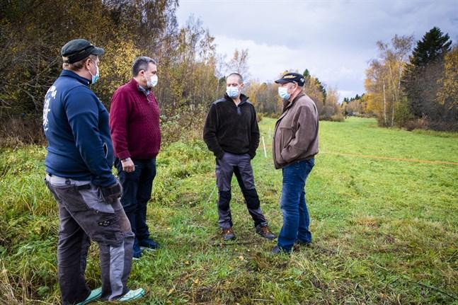 Stefan Rönnblad, Ulf Rönnblad och Jonas Nord förlorade många får i vargattacken. Anders Norrback (i rött) besökte farmarna för att få all info han behövde om attacken för att fortsätta jobba för en ny vargpolitik.