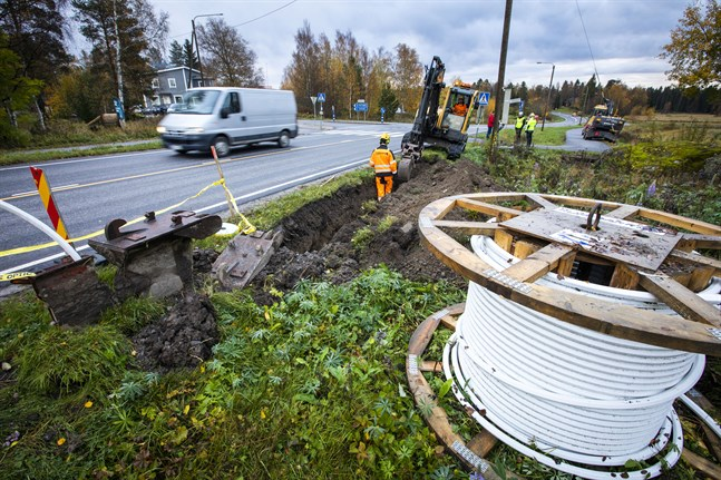 Fiberkabel grävs ner i Karperö.