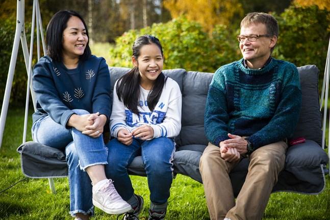 En plats i gungan är tom när lillebror Joakim är på dagis. Tom Åström lever det liv han drömt om, med fru och barn. För fem år sedan träffade han Pantipa och Jessie i Thailand.