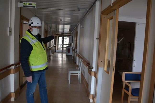 I den här korridoren och i de här rummen i Frida kommer laboratorieverksamheten att finnas så länge hälsovårdscentralen renoveras, visar Hans Hall.