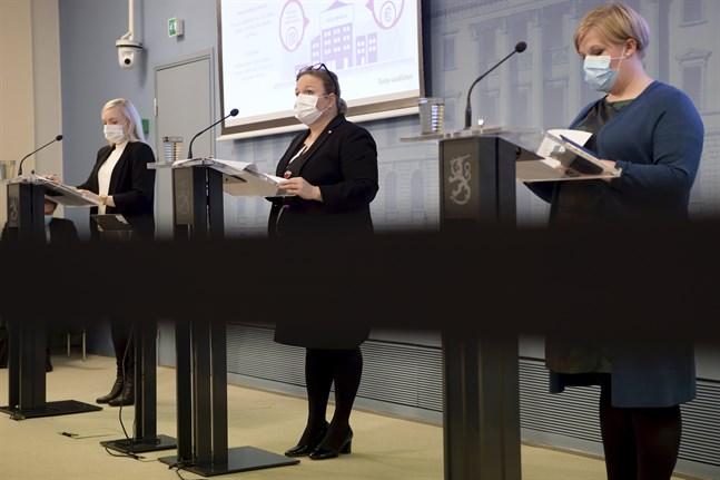 Inrikesminister Maria Ohisalo (Gröna), familje- och omsorgsminister Krista Kiuru (SDP) och vetenskaps- och kulturminister Annika Saarikko (C) på regeringens presskonferens.