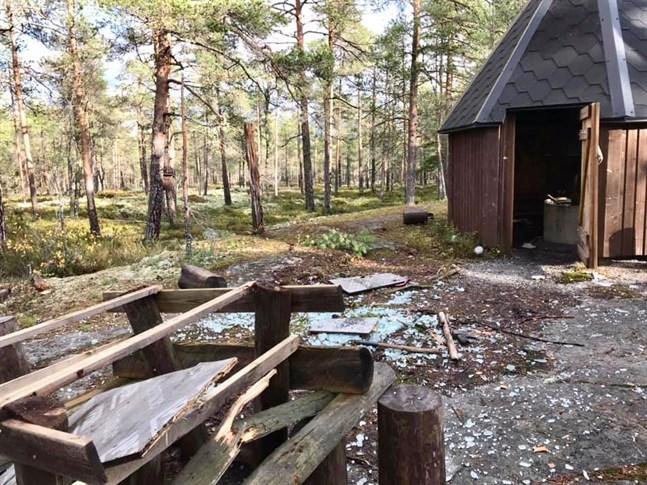 Sönderslagna bänkar och glassplitter mötte vandrare i Bennäs.
