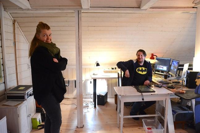 Audun Nedrelid och Petra Lapveteläinen har inrett vinden som arbetsrum. Nu är Kaskö deras bas.