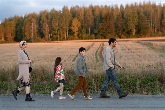 """Familjen Mehdipour på promenad i premiärfilmen """"Den första snön"""". Från vänster: Shabnam Ghorbani, Kimiya Escandari, Aran-Sina Keshvari, Shahab Hosseini."""