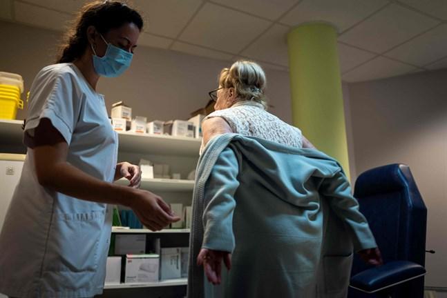 Frankrike inför utegångsförbud i kampen mot coronaviruset.
