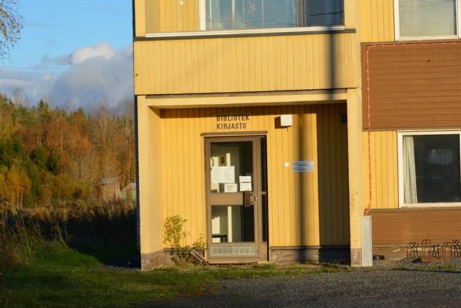 En stor mängd polispatruller tvingades rycka ut till Sideby i fredags när en kvinna gick omkring med vapen i lokala biblioteket.