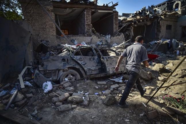 En man passerar rasmassorna efter förstörda hus i den azeriska staden Gjandzja i tisdags.