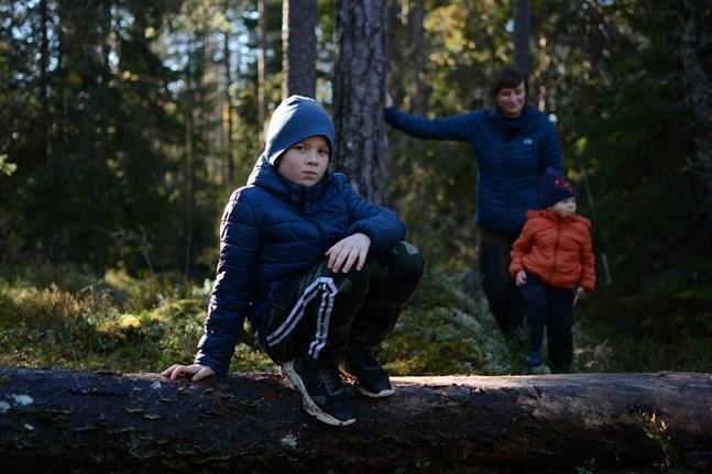 Vandringsstigen erbjuder flera klättringsmöjligheter. Joar Eriksson hittade bland annat ett omkullfallet träd. I bakgrunden syns Maria Eriksson och Vilhelm Eriksson.