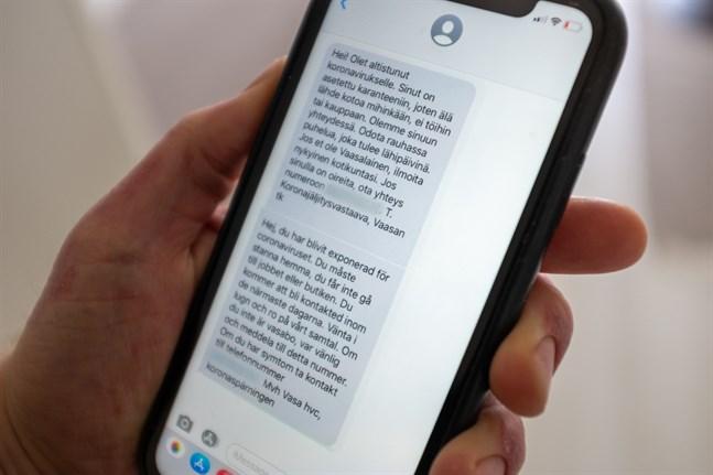 Det sms som Vasa stad skickar ut till personer som har exponerats för coronaviruset ser lite olika ut på finska och svenska.