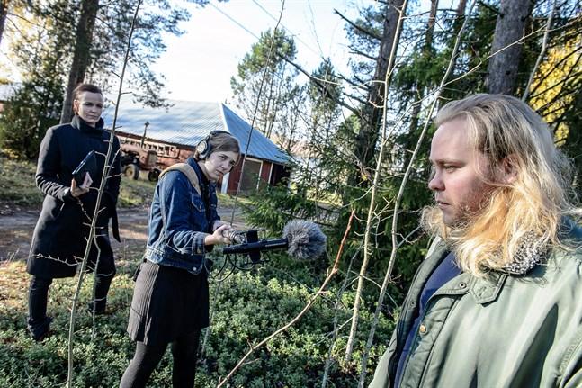 Laura Wihlborg står på coronasäkert avstånd från Joel Forsbacka när hon tar upp ljud. Bakom henne syns Emma Janke.
