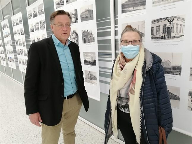 Vesa Saimanen och Kirsi Kiviaho bekantade sig med Karleby 400-årsfotoutställning i Kallestorg.