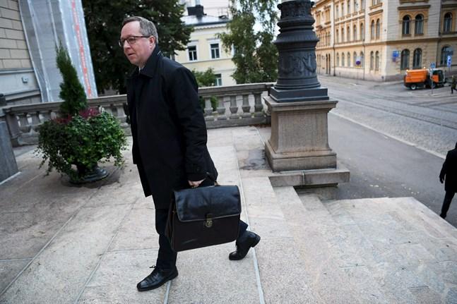 Näringsminister Mika Lintilä (C) anländer till Ständerhuset.