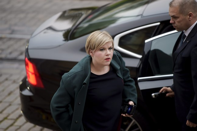Vetenskaps- och kulturminister Annika Saarikko (C) anländer till Ständerhuset.