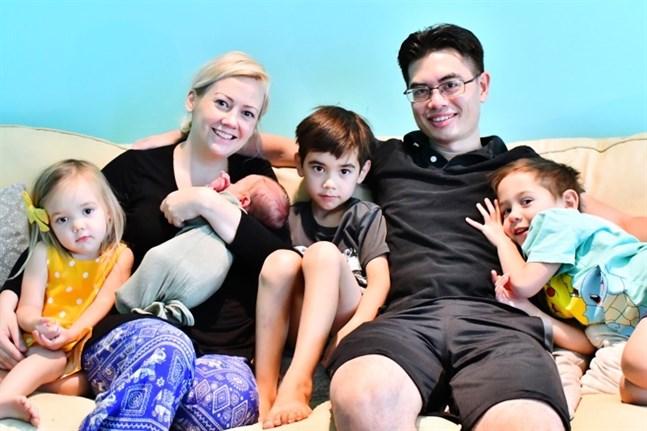 Maria Zink med barnen Fiona, Theodore i famnen, Felix, maken Daniel, som jobbar som läkare åt den amerikanska flottan och Charlie längst till höger.