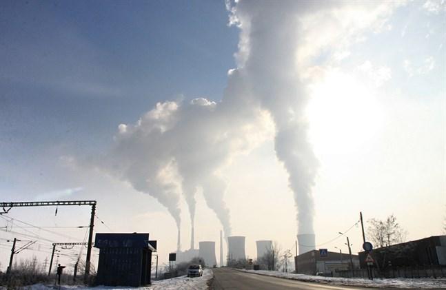 Enligt regeringsprogrammet ska klimatlagen revideras så att målet om klimatneutralitet, alltså balans mellan utsläpp och kolsänkor, uppnås före 2035.