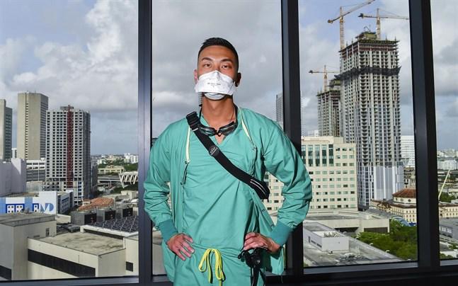 Kevin Cho Tipton, medicinskt ansvarig intensivvårdssjukskötare och adjunkt, i Miami i delstaten Florida, som hittills har haft över 15000 dödsoffer i covid-19.