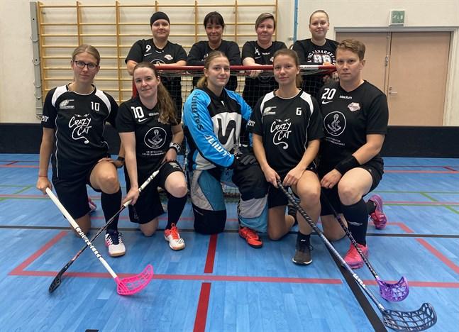 Många från Närpes spelar denna säsong i SC Saragozas lag. Här är nio av dem. Övre raden från vänster: Jessica Hietikko, Maria Westdijk, Cecilia Granlund och Frida Storgeust. Nedre raden från vänster: Sarah Sundblom, Hanna Koivisto, Ajla Yasarevic, Jannike Söderman och Malin Enroth.