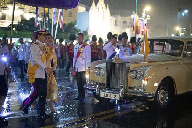 Thailands kung Maha Vajiralongkorn och drottning Suthida under en bilfärd tidigare i veckan.