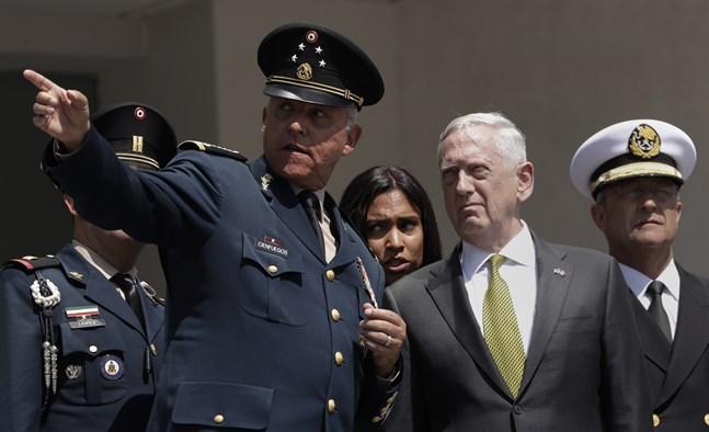 Mexikos tidigare försvarsminister Salvador Cienfuegos under ett möte med dåvarande USA-kollegan Jim Mattis i Mexico City 2017. Arkivbild