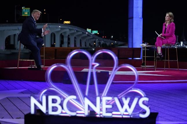USA:s president Donald Trump på scenen i Miami tillsammans med samtalsledaren Savannah Guthrie.