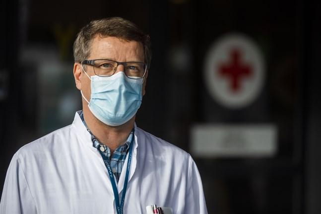 Infektionsöverläkare Juha Salonen vid Vasa centralsjukhus säger att även de med två vaccindoser ska testa sig och inte gå till jobbet med lindriga förkylningssymtom.