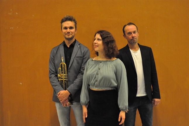"""Mariah Hortans har spelat in singeln """"Barnaskratt"""" tillsammans med Rickard Slotte, till vänster, och Mikael Svarvar."""