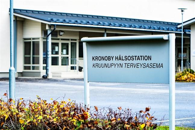 Från Österbottens sida har man inget emot att Mellersta Österbottens välfärdsområde sköter om Kronobybornas vård också i fortsättningen. Men hur ett avtal ska se ut är oklart.