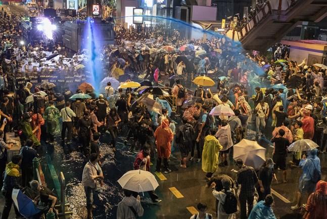 Demokratiaktivister i centrala Bangkok besprutades med kemiskt vatten av polis.