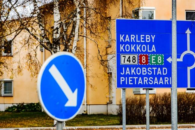 Nu sågas Karlebysvenskarna och lämnas i sticket när man tar bort stödet från Kronoby, skriver Henrik Huhta.
