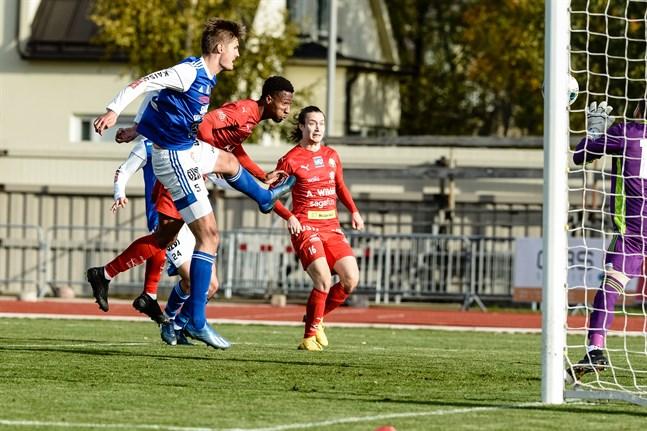 Will Inalien nickar in 1–0 för Jaro mot Mikko Pitkänens AC Kajaani. I bakgrunden syns Topi Järvinen.