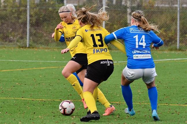 Myrans Piita Kytölaakso och Veera Koskela (13) täcker bort motståndarnas Stina Virkkala i matchen mot RoPS.