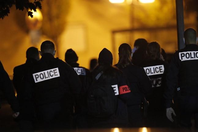 Polis arbetar vid brottsplatsen i den Parisförort där en lärare mördades på fredagen.