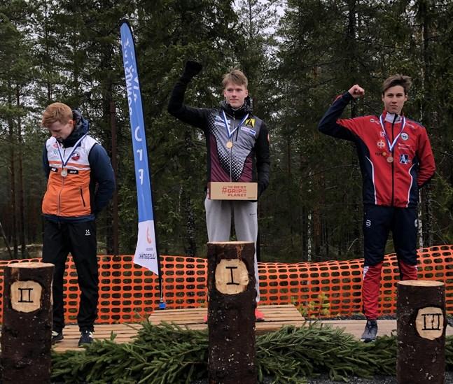 Guldmedaljören Santeri Kirjavainen och bronsmedaljören Valter Joensuu ser betydligt gladare ut än silverkillen Touko Sepppä.