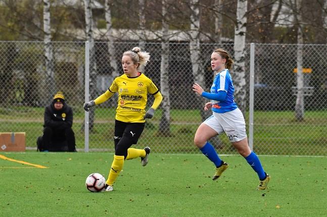 Myrans Alyssa Tallent avancerade starkt på sin höger kant och här är det RoPS-spelaren Sanna Valkamaa som hamnat på efterkälken.
