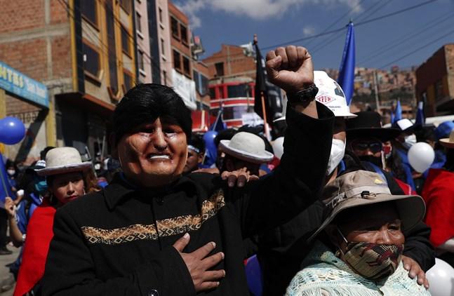 En anhängare till Evo Morales iklädd en mask föreställande expresidenten under ett kampanjmöte för socialistpartiet Mas och dess presidentkandidat Luis Arce i Bolivias huvudstad La Paz i september.