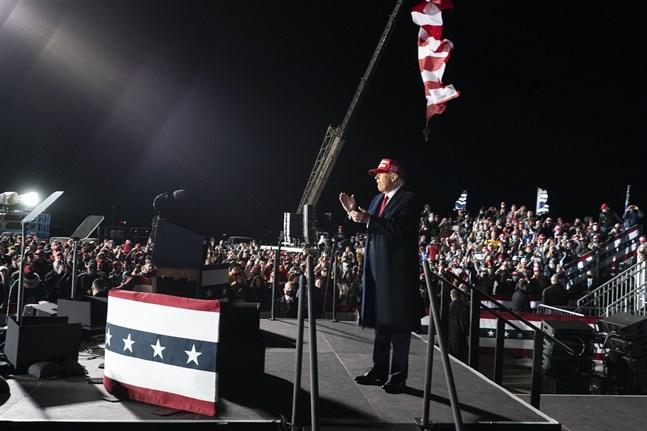 President Donald Trump applåderar sina anhängare vid valmötet i Wisconsin under lördagen.