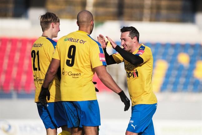 Kraft firar matchens första mål.