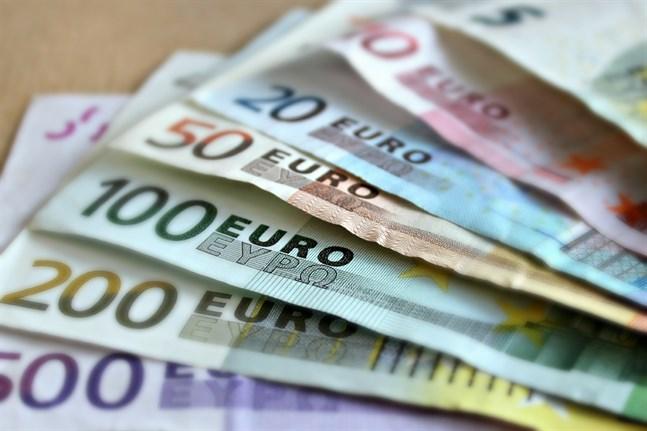 Nollräntorna gör att pengar som ligger på ett bankkonto inte ger någon avkastning, vilket ökar intresset för att placera i fonder, uppger S-Banken.