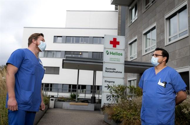 """Sjuksköterskorna Thomas Görler (till vänster) och Christopher Becker utanför akutmottagningen på sjukhuset Helios-Klinikum München West. """"Det är hemskt att coronaskeptikerna bara blir fler och fler"""", säger Becker, som jobbar på intensivvårdsavdelningen och träffar de svårast sjuka i sitt arbete."""