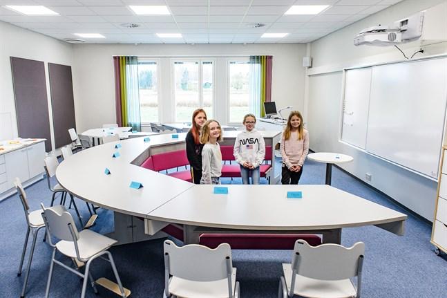 Så här ser det ut i fyrornas klassrum. Agnes Lindgren, Alexandra Nyman, Silja Pulkkinen och Sarah Nygård är särskilt nöjda med den rosa, runda sittdelen i mitten.