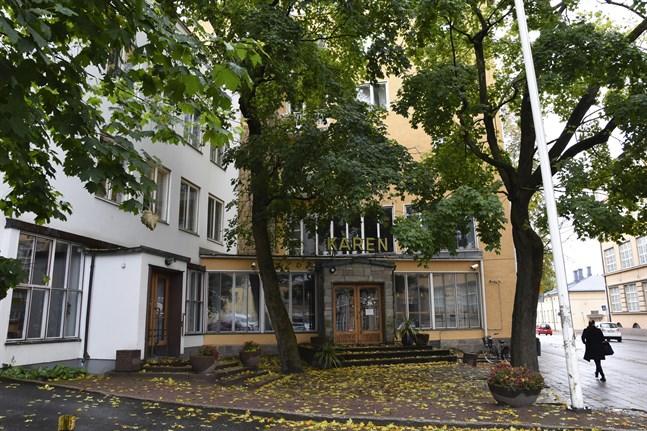 Kåren är ritad av arkitekt Erik Bryggman. Brandskadorna syns inte från utsidan av byggnaden.