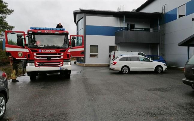 En mindre brand uppstod i kontorsbyggnaden till ett båtföretag i Karleby på måndag.