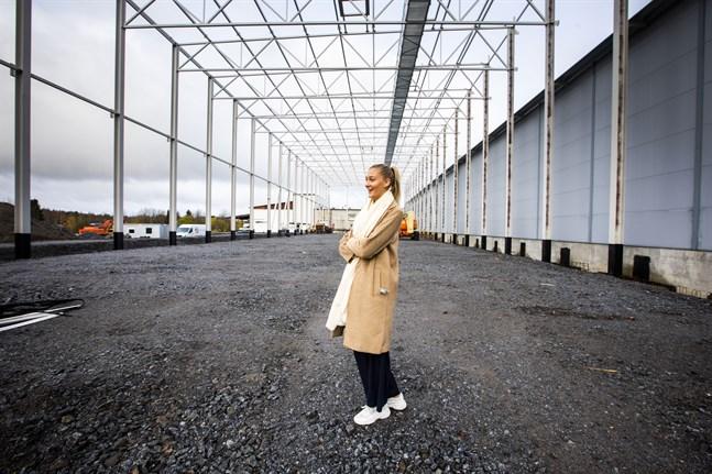 Exportchefen Amanda Gustafsson står på platsen där den nya delen så småningom kommer att byggas upp.