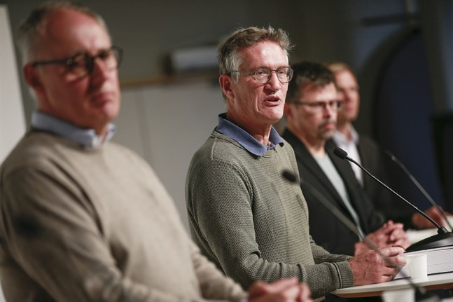 Thomas Lindén, avdelningschef på Socialstyrelsen, Anders Tegnell, statsepidemiolog och Svante Werger, rådgivare på MSB under torsdagen pressträff.