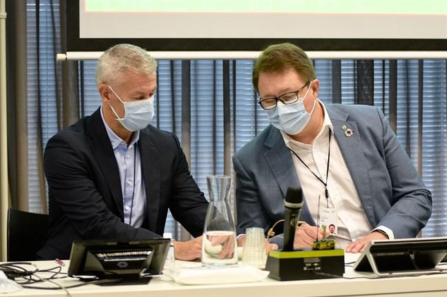 Vi kommer att få leva med coronan ännu länge, säger överläkare Taneli Puumalainen och överdirektör Mika Salminen från Institutet för hälsa och välfärd. Bilden är från en presskonferens i september.