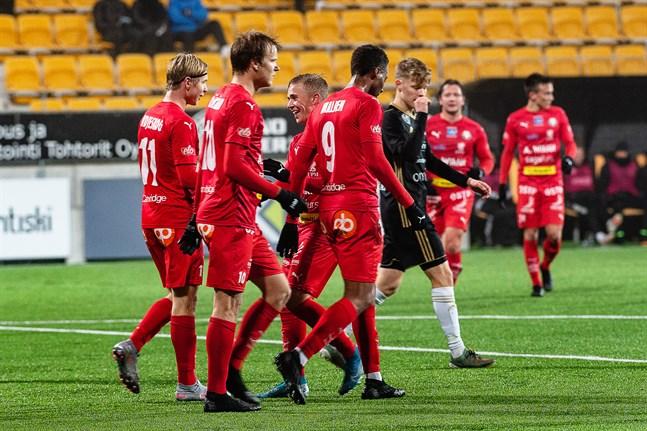 Jaros unga spelare blev snabbt attraktiva för U21-landslaget, när de flyttade till ligalag. Axel Vidjeskog (till vänster) har just gjort 1–3 för Jaro mot SJK Akatemia. Han gratuleras av Severi Kähkönen, Jusa Ihalainen och Will Inalien i matchen mot SJK Akatemia den 20 oktober 2020.